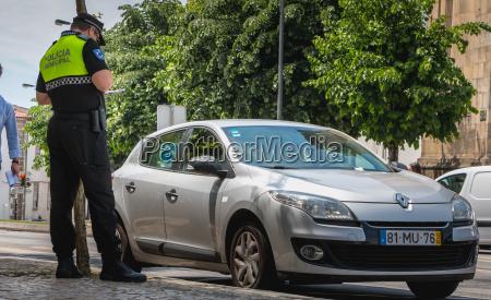 polizist ueberprueft und schreibt ein verkehrsticket