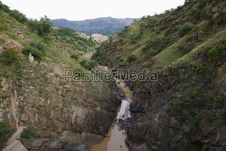 kanal der staumauer von san jacinto
