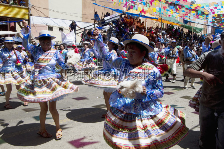 llamerada dancers in the procession of