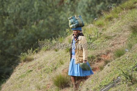 frau auf der anjiro ebene antananarivo