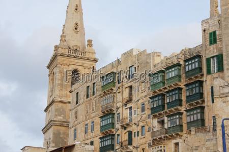 kirche und gebaeude mit beiliegenden balkonenvallettamalta