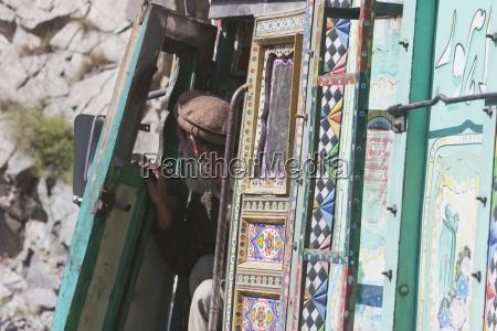viejo conductor de camion dasu provincia
