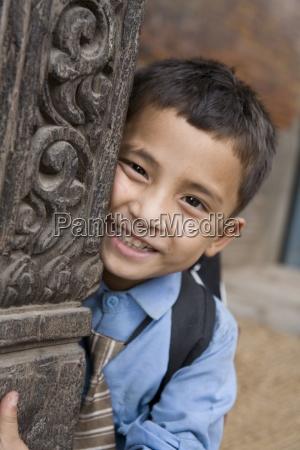 schuljunge smiling bei der kamera bhaktapur