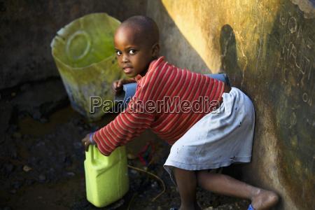 ein junges maedchen haelt eine flasche