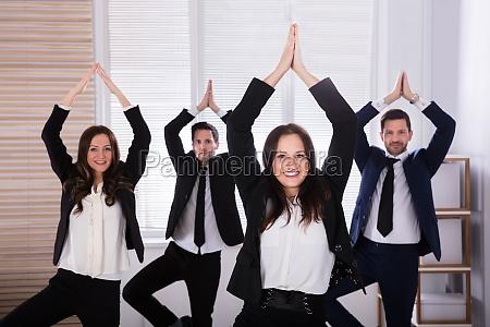 geschaeftsleute machen yoga
