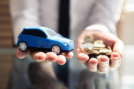 wirtschaftler der kleines blaues auto und