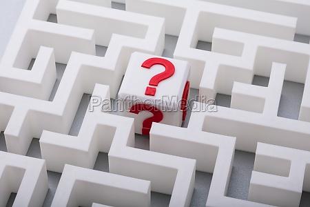 white cube mit fragezeichen schild in