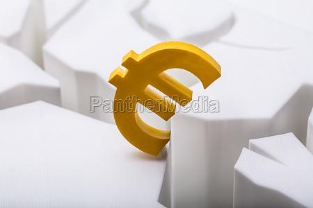 euro-währungssymbol, auf, geknackter, weißer, oberfläche - 25512192