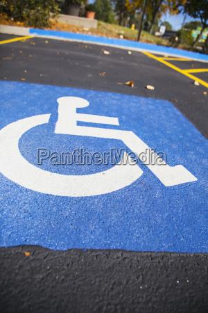 handikap symbol in einem parkplatz stall