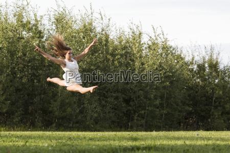 junger gymnast jugendlicher der ihre spalte