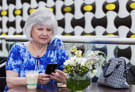 telefon telephon cafe restaurant handtasche blau