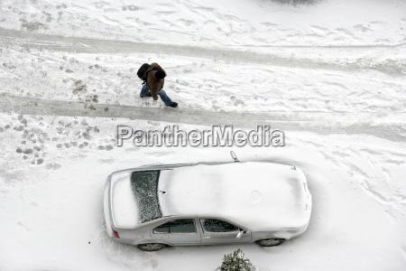 parkwagt mit schnee bedeckt