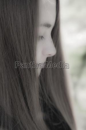 portraet eines teenagers mit verschwommenem gesicht