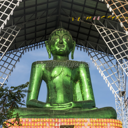 a green buddha statue phrathat doi