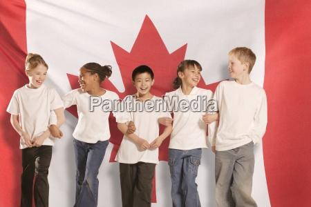 kinder vor kanadischer flagge