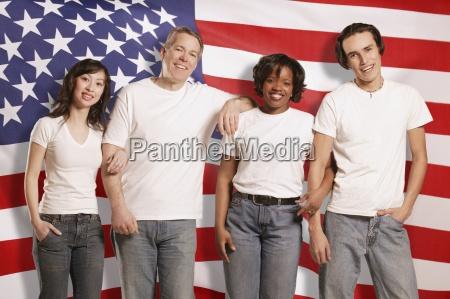 menschen vor der amerikanischen flagge