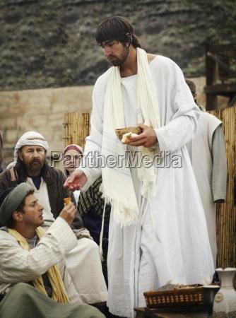 jesus bietet kommunion an