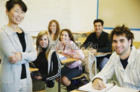 gruppe von schuelern im unterricht mit