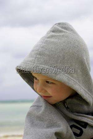 junge im hoodie auf dem strandcamagueykuba