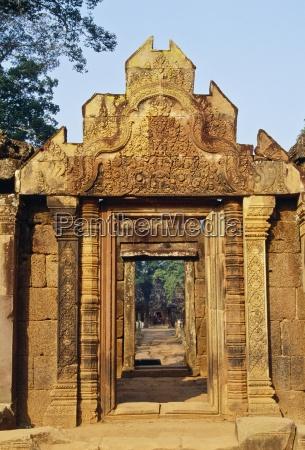 series of doorways bantaey srei temple