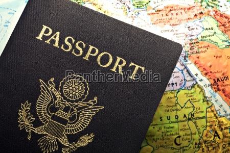 amerikanischer pass ueber eine karte gelegt