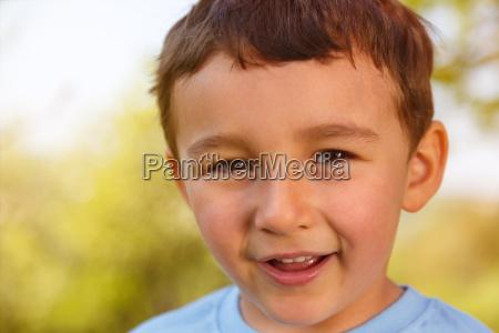 kind kleiner junge portrait gesicht lachen