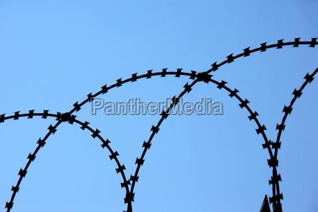 freiheit ungebundenheit metall absperrung gefangenschaft draht