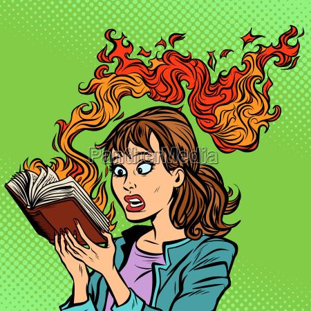 frau liest ein brennendes buch zensurkonzept