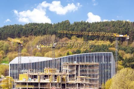 panoramablick der industriellen baustelle mit kraenen