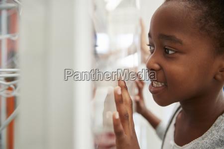 junge schwarze maedchen schaut sich eine