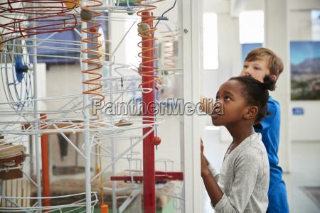 zwei kinder die sich eine wissenschaftliche