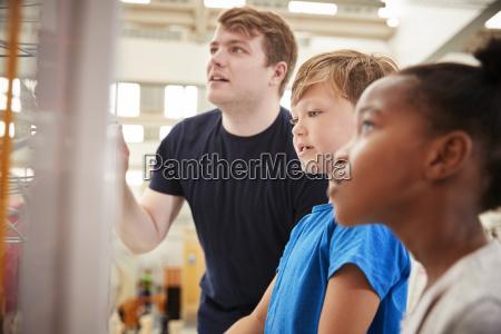 lehrer und kinder mit blick auf
