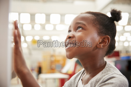 junge schwarze maedchen mit blick auf