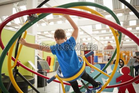 junge weisse junge mit menschlichen gyroskop
