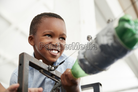 junger schwarzer junge mit luftdruckrakete im