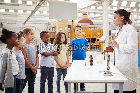 labortechniker der experimente fuer eine gruppe