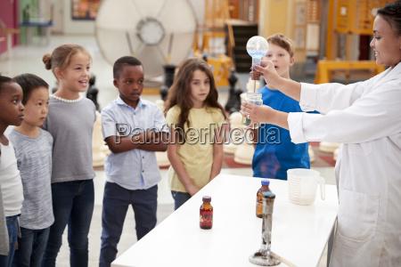 kinder beobachten labortechniker ein wissenschaftliches experiment