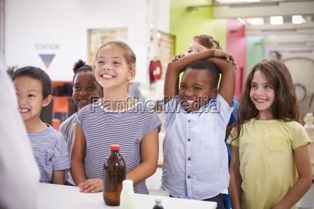 gruppe laechelnder kinder die lehrer im