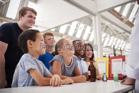 gruppe von kindern mit lehrern die