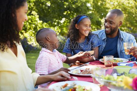 eltern und kinder beim gemeinsamen mittagessen