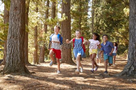kinder rennen auf familienwandererabenteuer