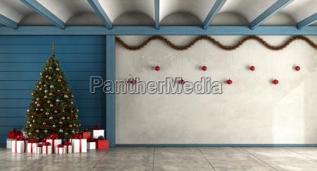 leeres wohnzimmer mit weihnachtsbaum