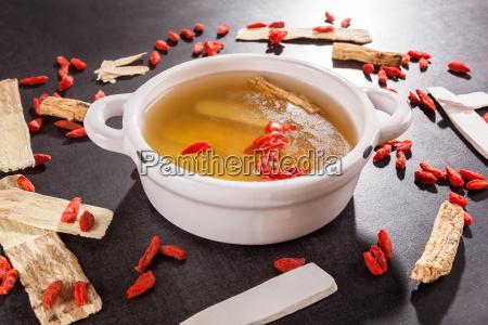 gesunde chinesische kraeuter klarsuppe