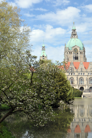 maschpark mit neuem rathaus in hannover