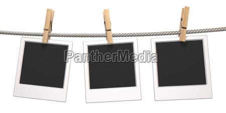 kleiderstande und drei leere fotopapiere die