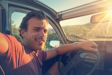 junger mann in einem auto bei