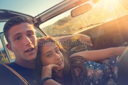 paar im auto bei sonnenuntergang
