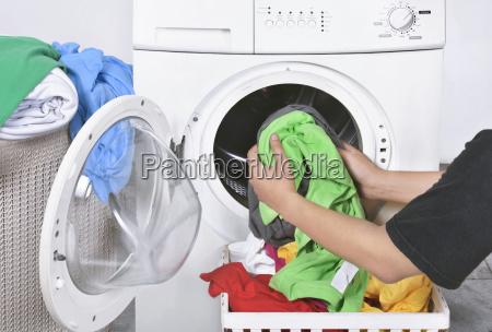 maennliche sendekleidung von korb zu waschmaschine