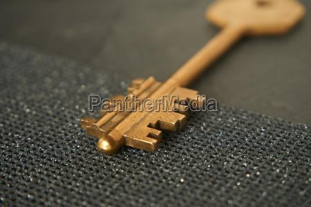 nahaufnahme eines goldenen schluessels als symbol