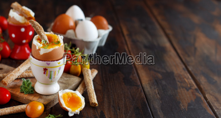 weichgekochtes ei mit knusprigem brot